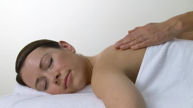 woman having a massage - massagetisch stock-videos und b-roll-filmmaterial