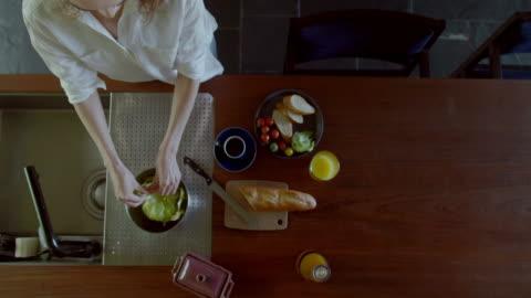 vídeos y material grabado en eventos de stock de mujer de tomar el desayuno en casa. - cocina doméstica