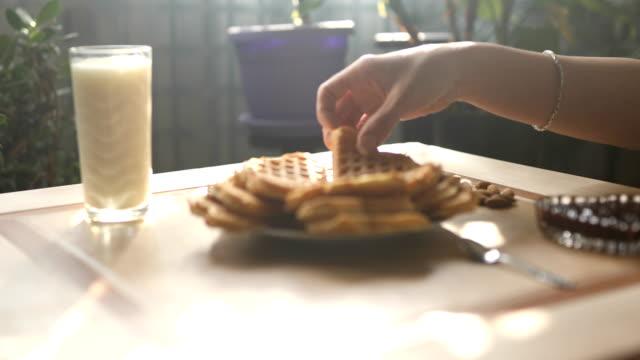 vídeos y material grabado en eventos de stock de mujer con desayuno - galleta dulces