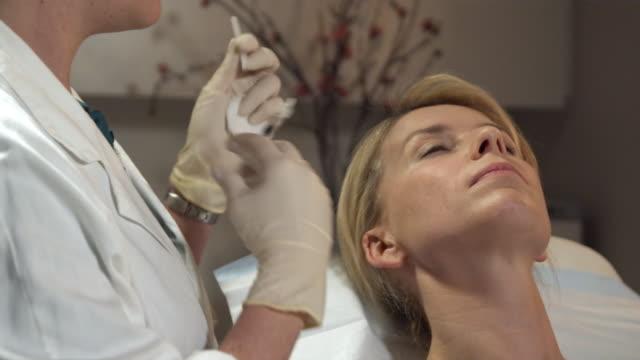 vídeos y material grabado en eventos de stock de cu, woman having dermafiller lip injection, sydney, australia - cirugía plástica