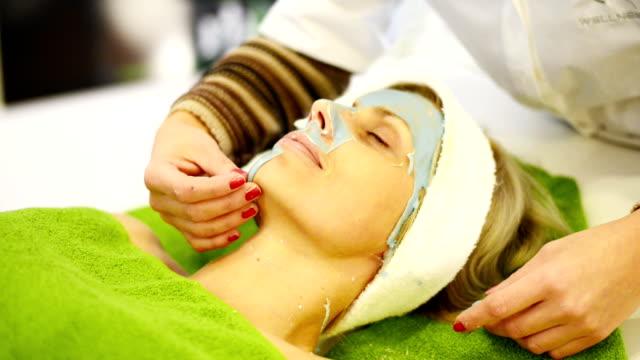 女性がフェイシャルマスクでの美容院 - 美容専門家点の映像素材/bロール