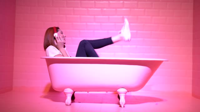 frau having fun und dancing in der rosa badewanne - design stock-videos und b-roll-filmmaterial