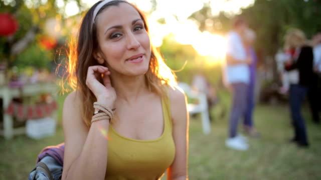 Kvinna att ha kul på festen