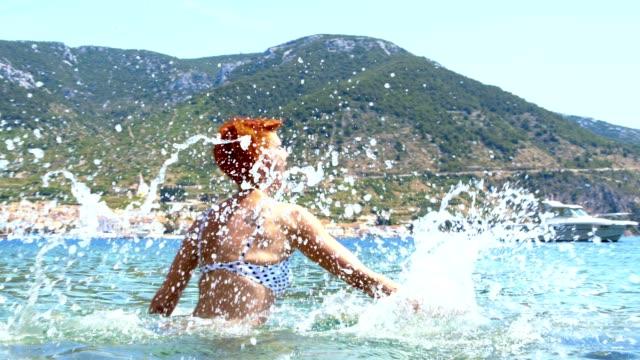 vídeos de stock, filmes e b-roll de slo mo mulher se divertindo no mar - atividade recreativa