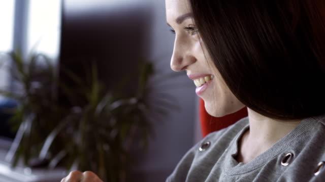 frau mit spaß bei der kommunikation über laptop - weibliche angestellte stock-videos und b-roll-filmmaterial