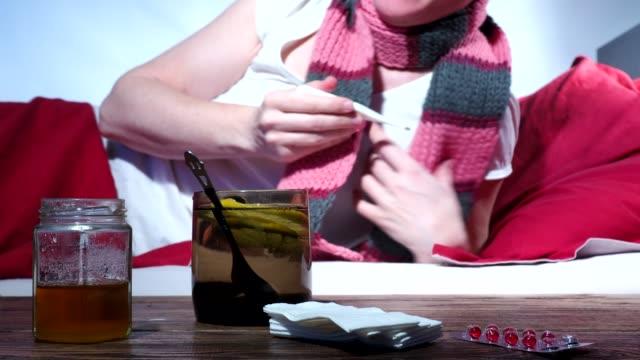 frau mit eine erkältung bekam - thermometer stock-videos und b-roll-filmmaterial