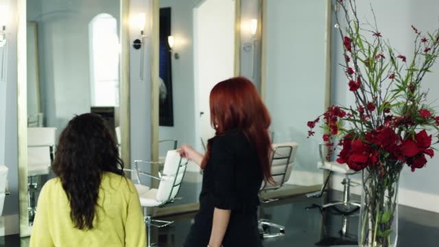 ws cs woman having hair cut in parlor / lehi, utah, usa - lehi stock-videos und b-roll-filmmaterial