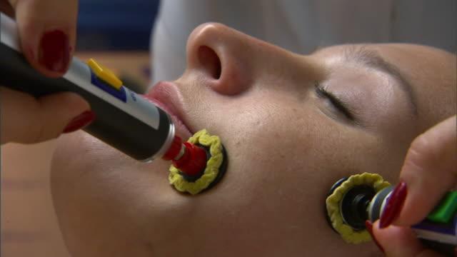 vídeos y material grabado en eventos de stock de zi, ecu, woman having isogei treatment on face - cirugía plástica