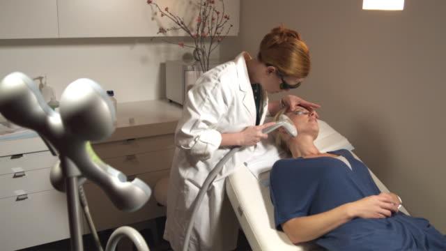 vídeos y material grabado en eventos de stock de ms, woman having laser skin treatment, sydney, australia - mejora personal
