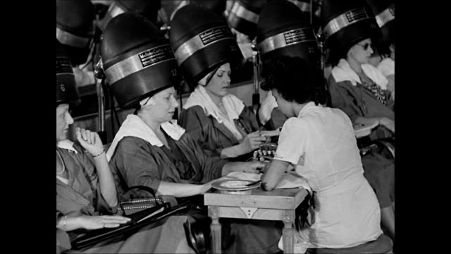 vidéos et rushes de hd woman having manicure while sitting under hairdryer woman under dryer reading magazine cu magazine article 'now that he's home' ws women under... - manucure