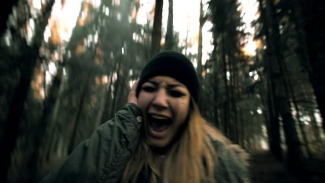 Mujer teniendo de nervios en el bosque