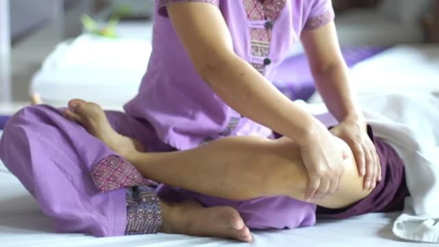 kvinna med avkopplande thailändsk massage - lymfsystem bildbanksvideor och videomaterial från bakom kulisserna