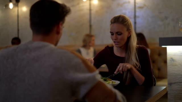 vídeos y material grabado en eventos de stock de woman having salad with man at restaurant table - modales de mesa