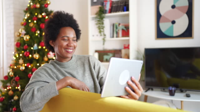 frau mit video-chat mit ihrer familie an weihnachten während pandemie - quarantäne stock-videos und b-roll-filmmaterial