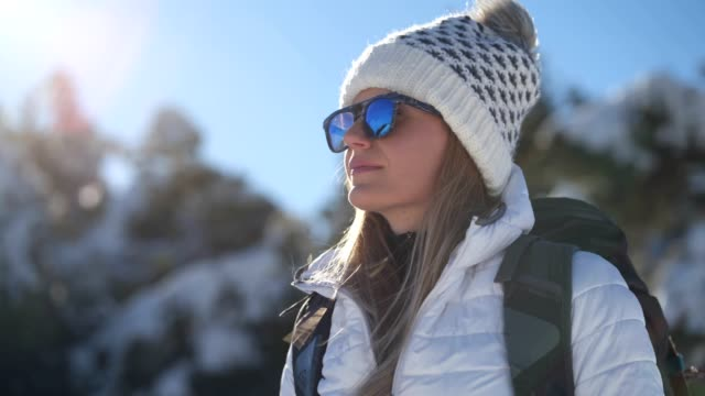 frau wanderer ruht vom trekking - sonnenbrille stock-videos und b-roll-filmmaterial