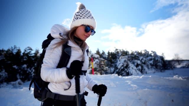 冬の自然のトレッキング女性ハイカー - winter点の映像素材/bロール