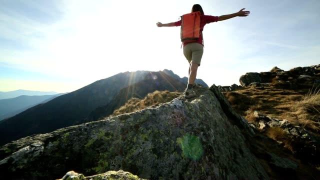 Vrouw wandelaar wandelen op de berg ridge crest