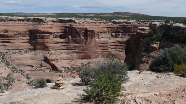 vídeos y material grabado en eventos de stock de mujer sendero para caminatas cedar mesa de los antiguos ruina utah - cultura pueblo