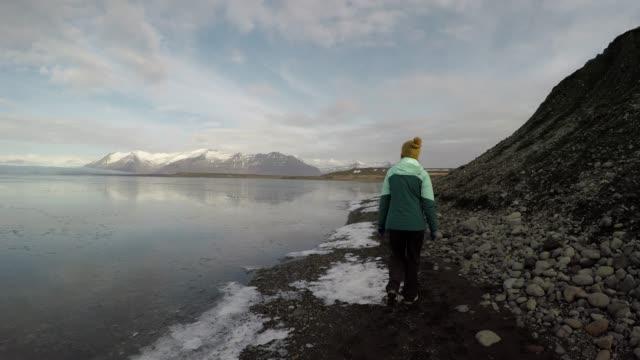 vidéos et rushes de femme randonnées glacées au bord de la lagune glaciaire - islande