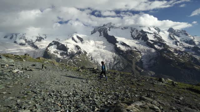 Kvinna vandringar till berget kant att ta telefon foto