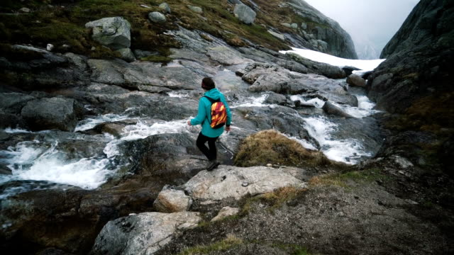 Vrouw wandelen in de bergen in Noorwegen