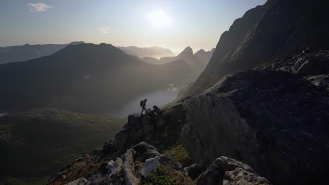 frau wandert im nebel in den bergen auf der insel senja - schöne natur stock-videos und b-roll-filmmaterial