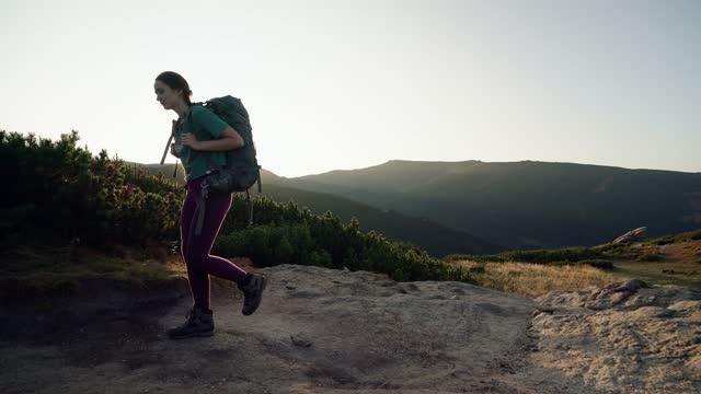 vidéos et rushes de randonnée de femme dans des montagnes - échappée belle