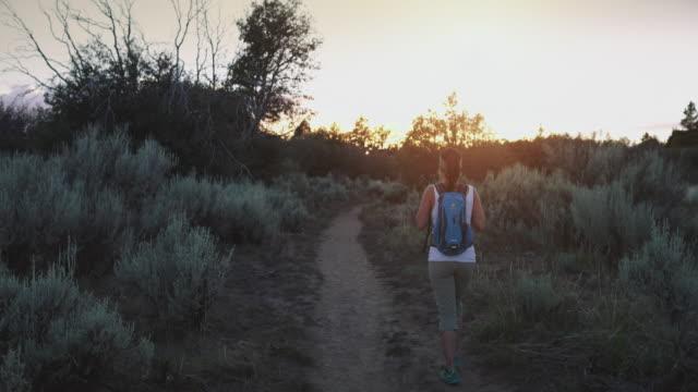 夕暮れ時のザイオン国立公園でのハイキングの女性