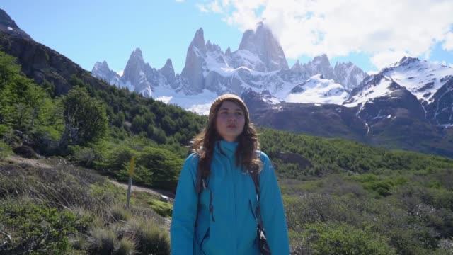 donna che escursioni vicino alla montagna fitz roy in patagonia - south america video stock e b–roll