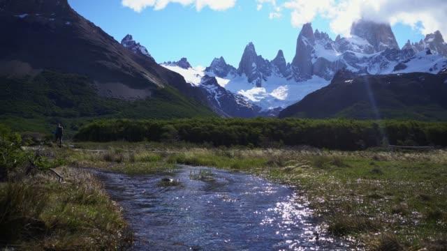 donna che escursioni vicino alla montagna fitz roy in patagonia - argentina video stock e b–roll