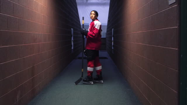 vídeos de stock, filmes e b-roll de jogadora de hóquei feminino - encarando
