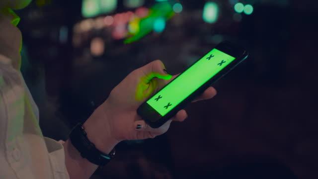 Frau hält und mit einem leeren Smartphone CHROMA-KEY