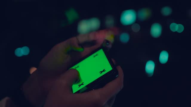 vídeos de stock, filmes e b-roll de mulher segurando e usando um smartphone em branco chroma key - send
