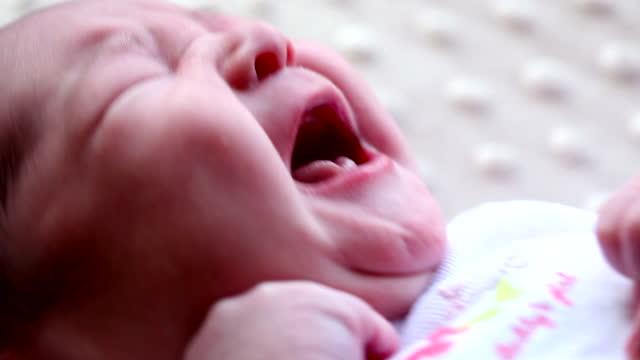 vidéos et rushes de woman holding baby's finger - 12 17 mois