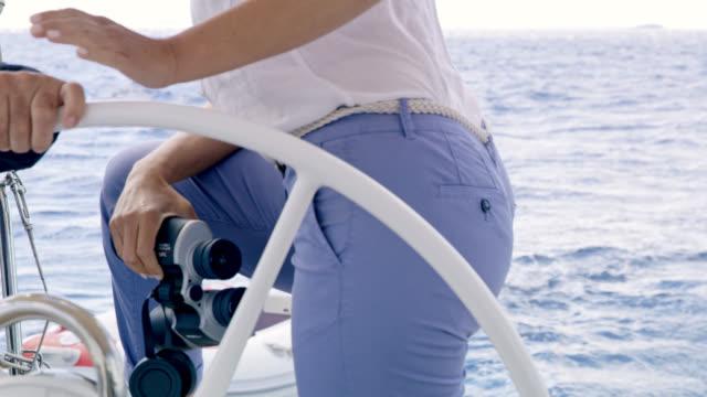 MS Woman holding jumelles lors de la navigation d'un voilier