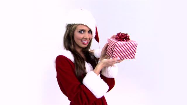 vídeos y material grabado en eventos de stock de woman holding gift - mamá noel