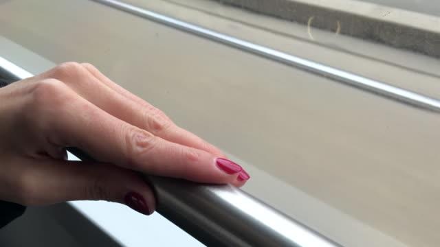 vídeos de stock, filmes e b-roll de mulher segurando a mão para o parapeito de trem - viagem de negócios