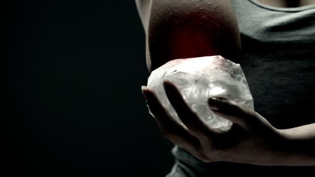 vídeos de stock e filmes b-roll de mulher a segurar gelo em dolorosa cotovelo - elbow
