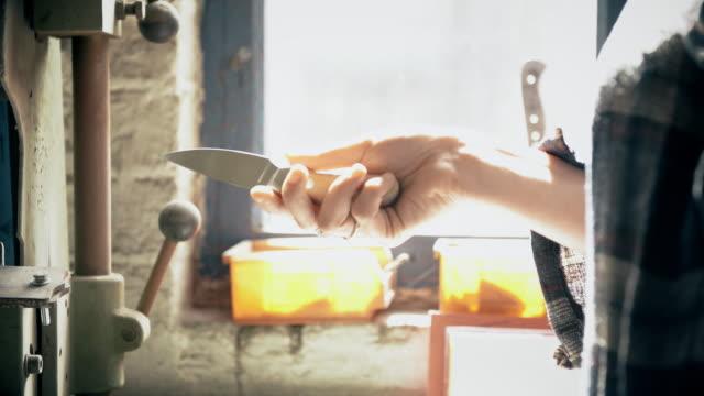 vídeos de stock e filmes b-roll de woman holding knife - genderblend