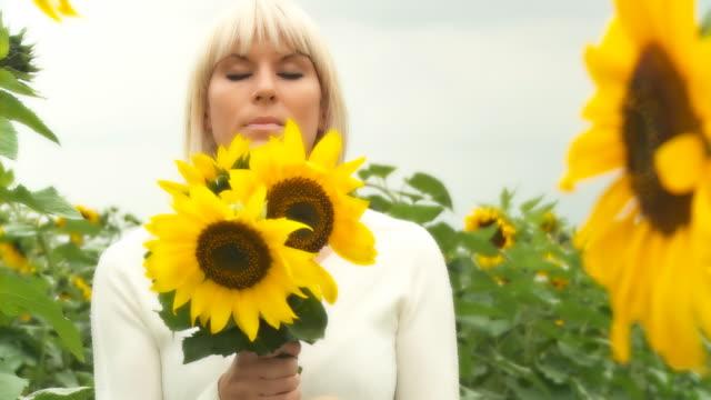 hd :dolly sunflowers を持つ女性 - 渡す点の映像素材/bロール