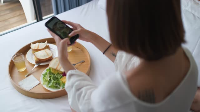 woman holding phone shooting food - blogging stock videos & royalty-free footage