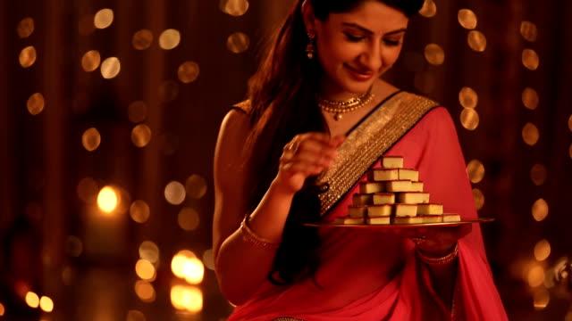 vídeos y material grabado en eventos de stock de ms tu woman holding plate of sweets during diwali festival at home - bandeja para servir