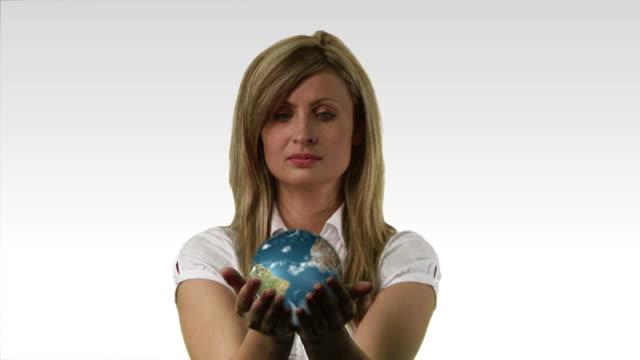 vídeos y material grabado en eventos de stock de cu, composite, woman holding rotating globe - manos ahuecadas