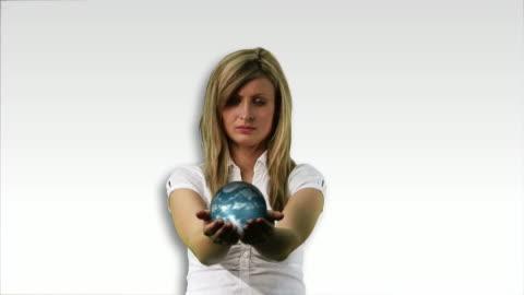 vídeos y material grabado en eventos de stock de ms, composite, woman holding rotating globe - manos ahuecadas