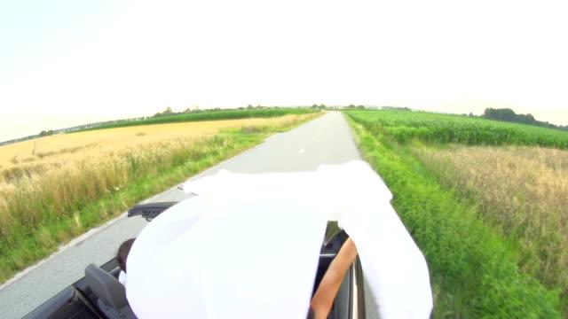 hd-zeitlupe: frau holding blatt auf open road - bettbezug stock-videos und b-roll-filmmaterial