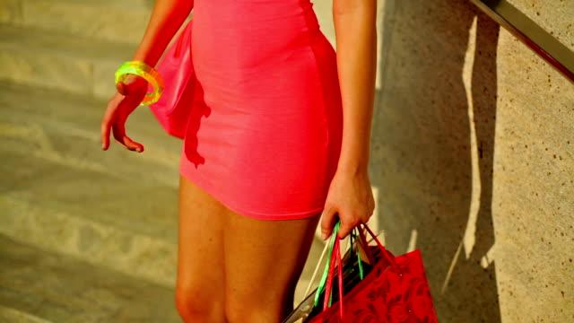 donna con prodotti da acquistare. non puoi vedere il suo viso. - minigonna video stock e b–roll
