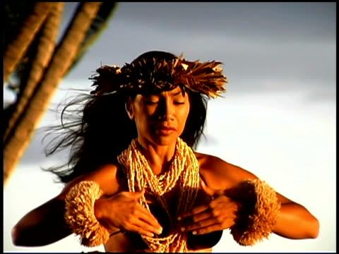 vídeos y material grabado en eventos de stock de woman hula dancing - sólo mujeres jóvenes