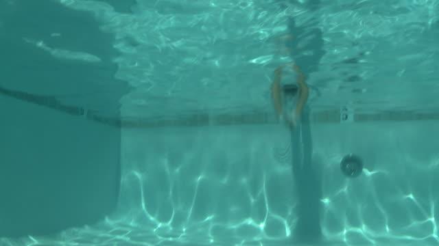vídeos y material grabado en eventos de stock de woman in a bikini diving into a swimming pool - 25 29 años