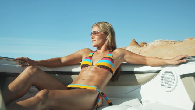 vídeos de stock e filmes b-roll de woman in a bikini on a boat - lago powell