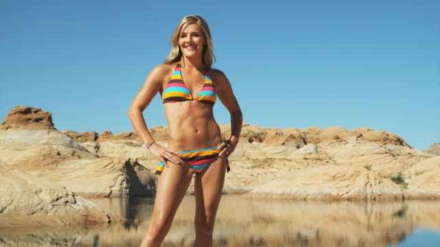 stockvideo's en b-roll-footage met woman in a bikini - handen op de heupen